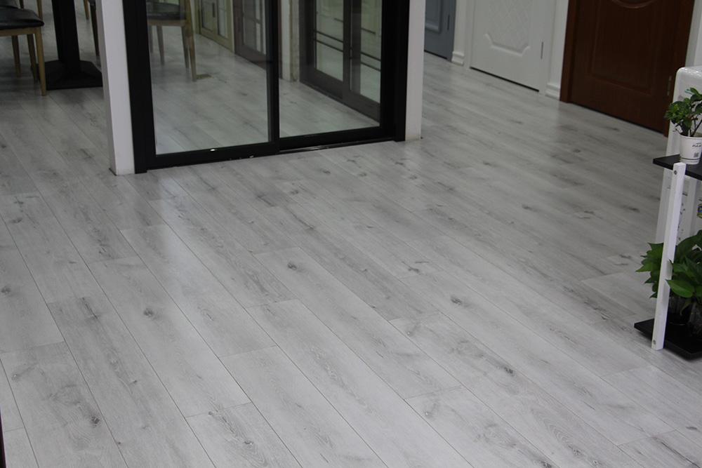 极简轻奢风格装修搭配地板技巧与选购